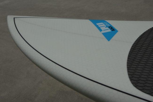 """Modèle BLACK WINGS SUP SURF """"TEAHUPOO"""" Le SUP de vague radicale et ultra performant de la gamme. La seule limite sera votre niveau et votre condition physique. La planche démarre très tôt dans la vague. Grâce à son rocker travaillé elle est très maniable. Les rails pinçés lui donne une accroche hors norme dans les vagues creuses. Sa carène en double concave lui apporte une vitesse importante dans la vague et de la stabilité à la rame. Pont plat sous les pieds, rails pincés, rocker prononcé mais progressif : une vraie balle dans les vagues de 50cm à 2M et plus ! Caractéristiques Construction honey comb avec structure nid d'abeille sur le pont et les rails, plus renfort PVC sur tout le pont. Pain de mousse EPS haute densité. Avec stringer en contreplaqué qualité marine. Stratification sous vide et sous étuve. Garanti un rapport poids/résistance exceptionnel. Livrées avec un US box et 2 boitiers FCS fusion. . Cotes: 8'8"""" x 28""""9/16 x 3""""3/4 . Volume : 107L . Montage dérives: Thruster. Les 3 dérives sont livrées avec la planche."""